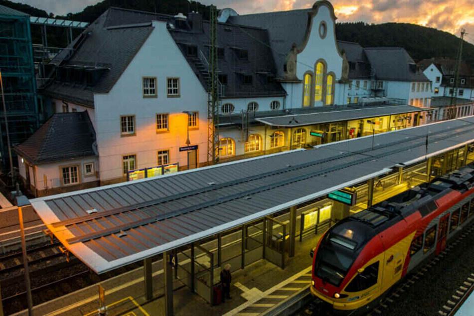 Am Marburger Bahnhof (Archivbild) sprang die 33-Jährige morgens auf den abfahrenden Zug auf.