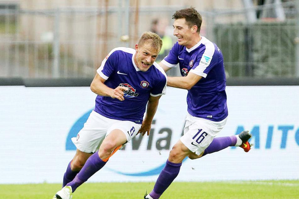 Mario Kvesic (r.) feiert mit Torschütze Nicky Adler.