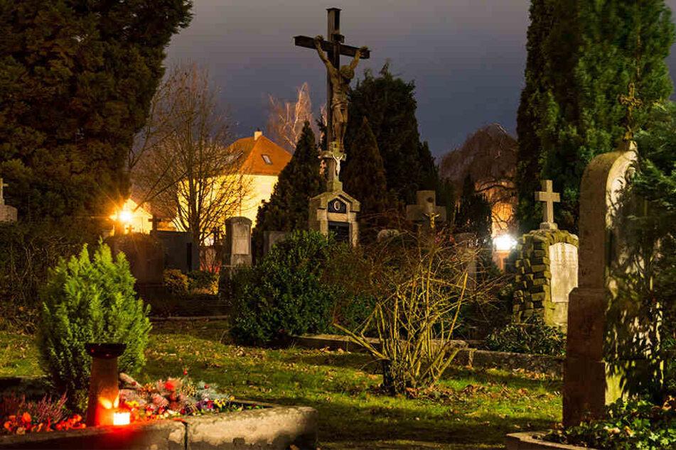 Unbekannte haben auf dem Annenfriedhof in Dresden-Löbtau die Kupferabdeckungen von insgesamt 13 Grabtafeln gestohlen.