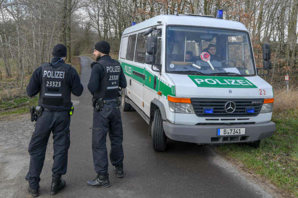 Polizisten während der Suche nach Rebecca in Brandenburg.