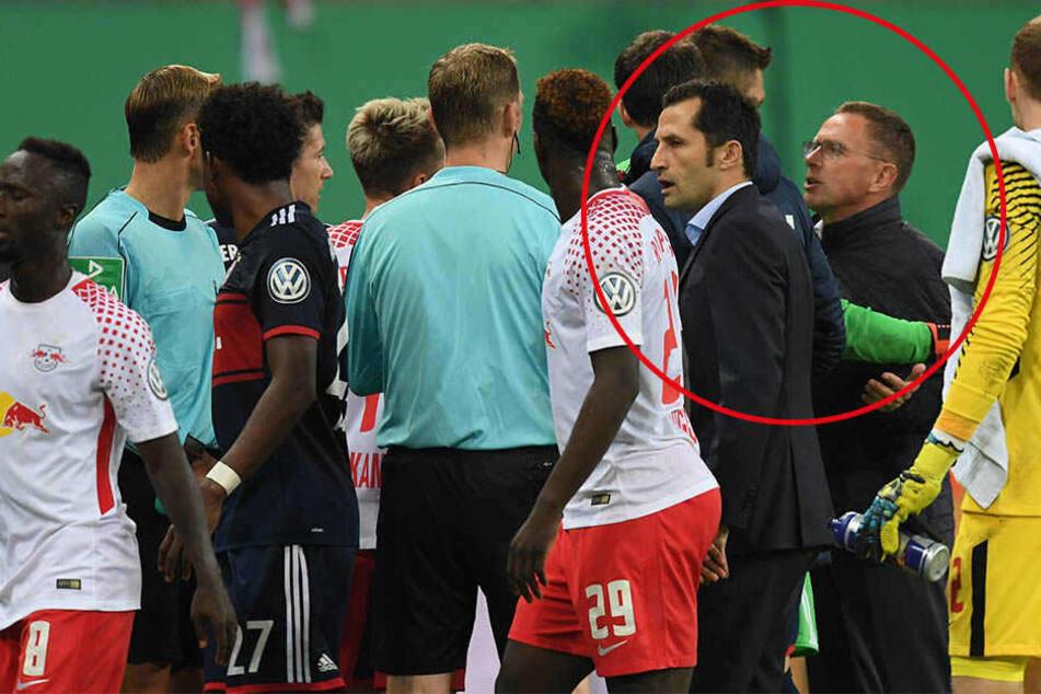 RB-Sportdirektor Ralf Rangnick wollte Schiedsrichter Felix Zwayer eine umstrittene Szene auf seinem Handy zeigen, geriet dabei mit mehreren Bayern-Spielern aneinander.