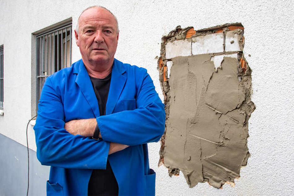 Inhaber Frank Schilg (64) ärgert sich über die zerstörte Mauer.