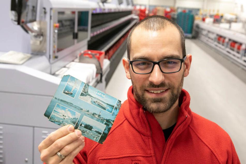 """Alexander Hesse (34), Marketingleiter von """"PostModern"""", mit der 47 Jahre alten Postkarte."""
