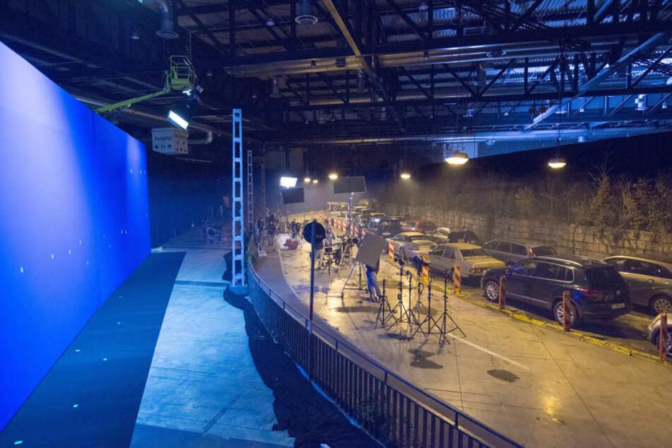 Vor einem riesigen Bluescreen wurde der Stau in einer Freiburger Messehalle nachgebaut.