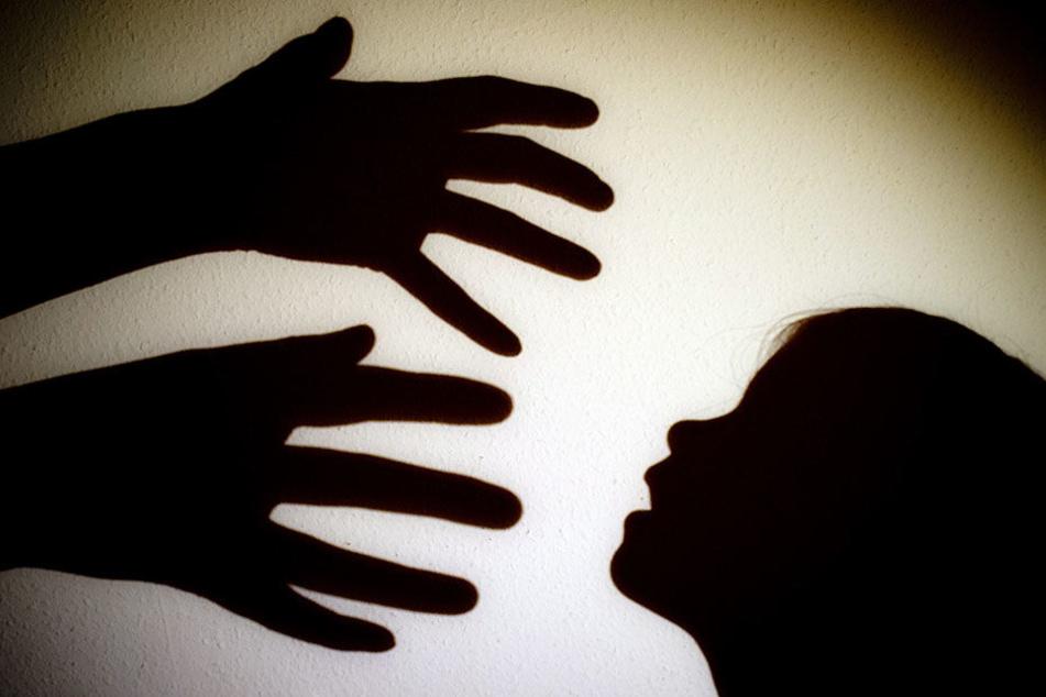 Der 35-Jährige aus Berlin soll seine eigene Tochter misshandelt haben. (Symbolbild)