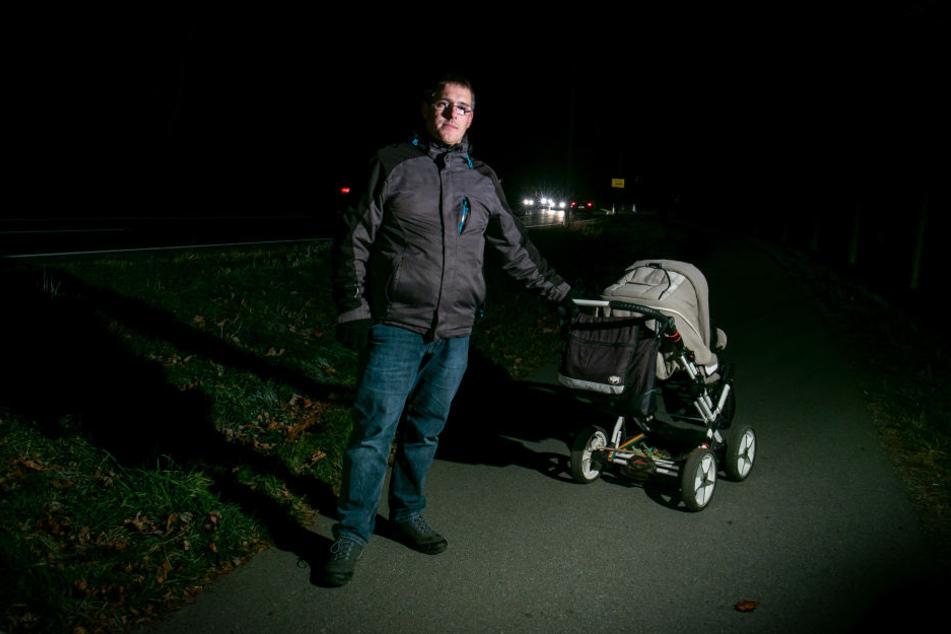 René N. (34) auf dem schmalen Weg zwischen Einkaufszentrum und Wohnviertel in Weißig, den sich Radler und Passanten in beide Fahrtrichtungen teilen müssen.