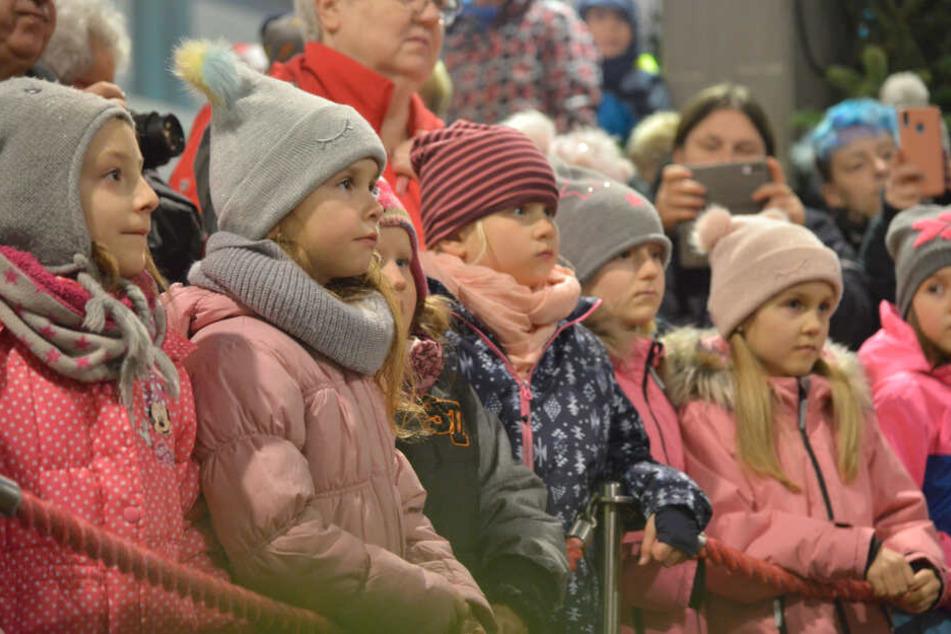 Zur Eröffnung des Weihnachtsmarktes im Chemnitz Center hatten sich viele Schaulustige und Kinder an der Pyramide versammelt.