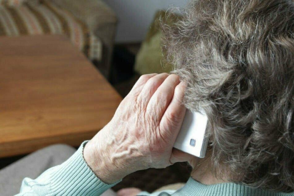 Eine ältere Dame ist in der Nacht auf Dienstag Opfer von falschen Polizeibeamten geworden. (Symbolbild)