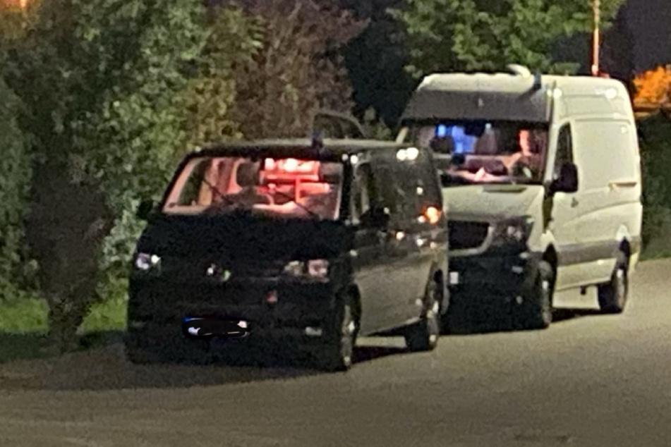 Ein Blick auf die Wagen der Einsatzkräfte.