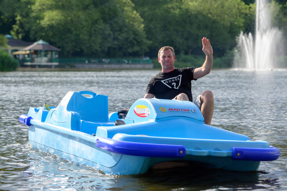 Falko Hirsch (47) testete eines der neuen Tretboote bei einer Proberunde auf dem Schlossteich.