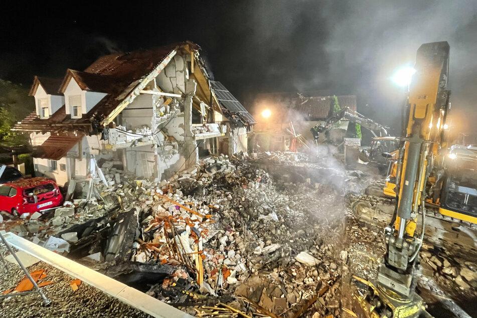 Am Donnerstag ist gegen Mittag ein Wohnhaus in Bayern explodiert. Zur etwa gleichen Zeit kam es zu weiteren Vorfällen, die offenbar im Zusammenhang stehen.