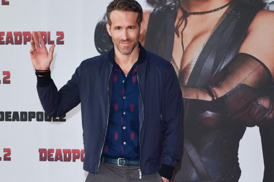 Ryan Reynolds locker lässig auf dem roten Teppich zur Premiere des Films Deadpool 2. Die Jacke trägt er offen, der Reißverschluss soll jedoch nicht kaputt gewesen sein.