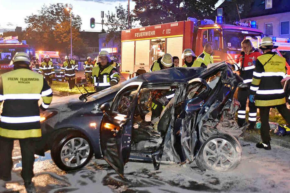 Feuerwehrleute arbeiten an der Unfallstelle.