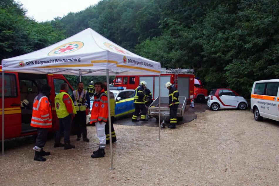 Einsatzkräfte der Bergwacht und Feuerwehrleute sind an der Falkensteiner Höhle im Einsatz.