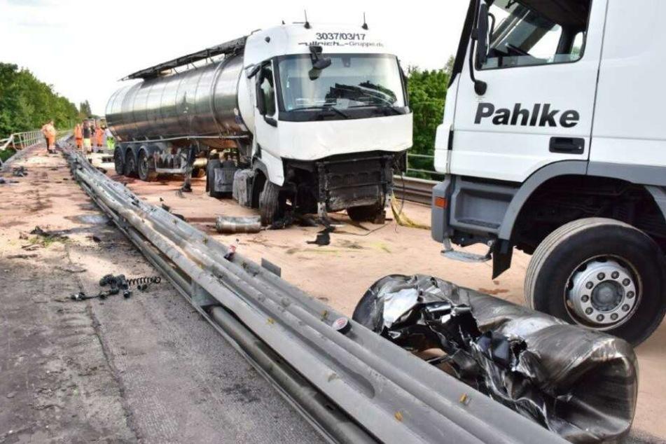 Um das ausgelaufene Diesel von der Fahrbahn zu entfernen, bleibt die A59 vorerst gesperrt.