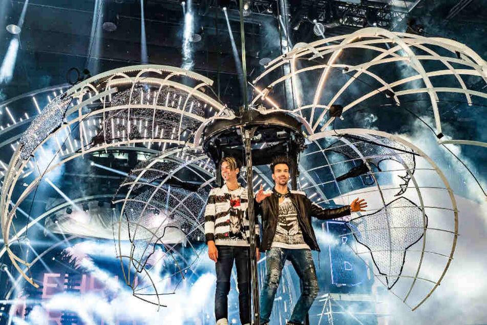 In einer riesigen Weltkugel erscheinen Andreas und Chris zu Beginn der Show.
