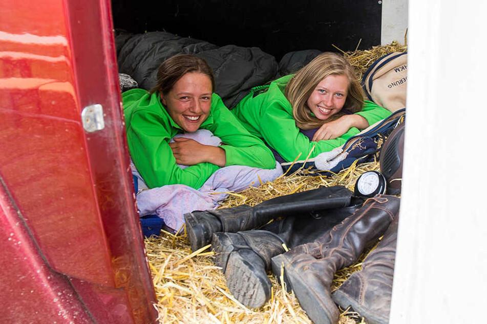 Anne (l.,22) und Isabel (18) schlafen ganz traditionell bei ihren Tieren.