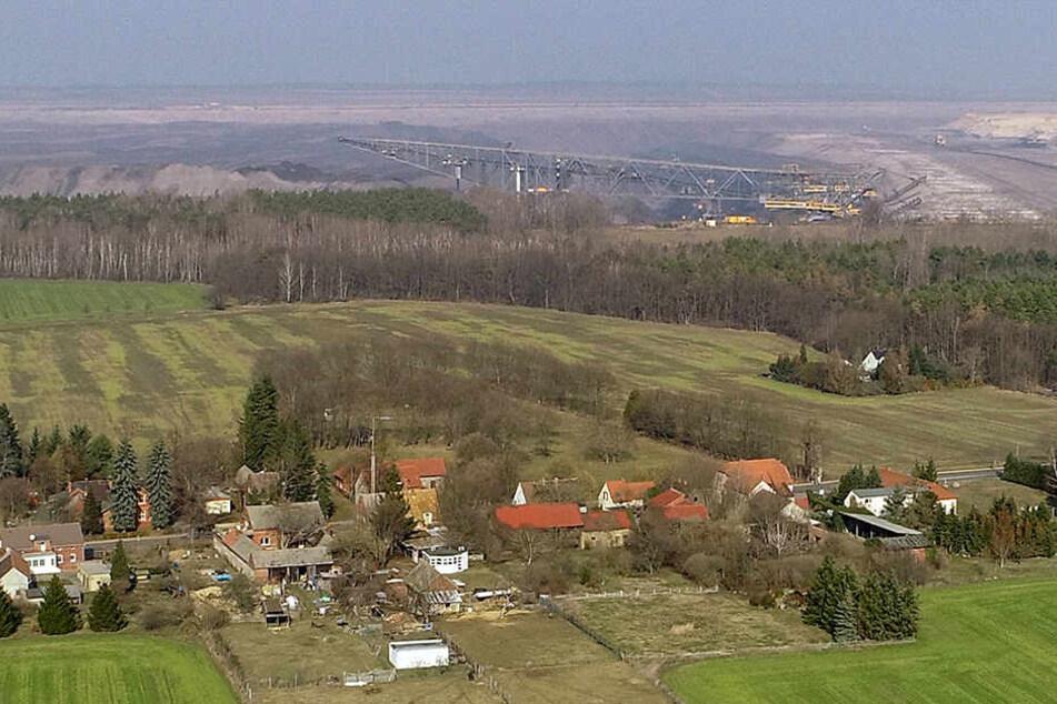 Blick über die Dächer des Ortes Proschim auf den Braunkohletagebau Welzow-Süd der Lausitz Energie Bergbau AG (LEAG). Das Bundeskabinett verabschiedet in seiner Sitzung am 22.05. die Eckpunkte zu Milliarden-Hilfen für den Strukturwandel in den Kohleregione