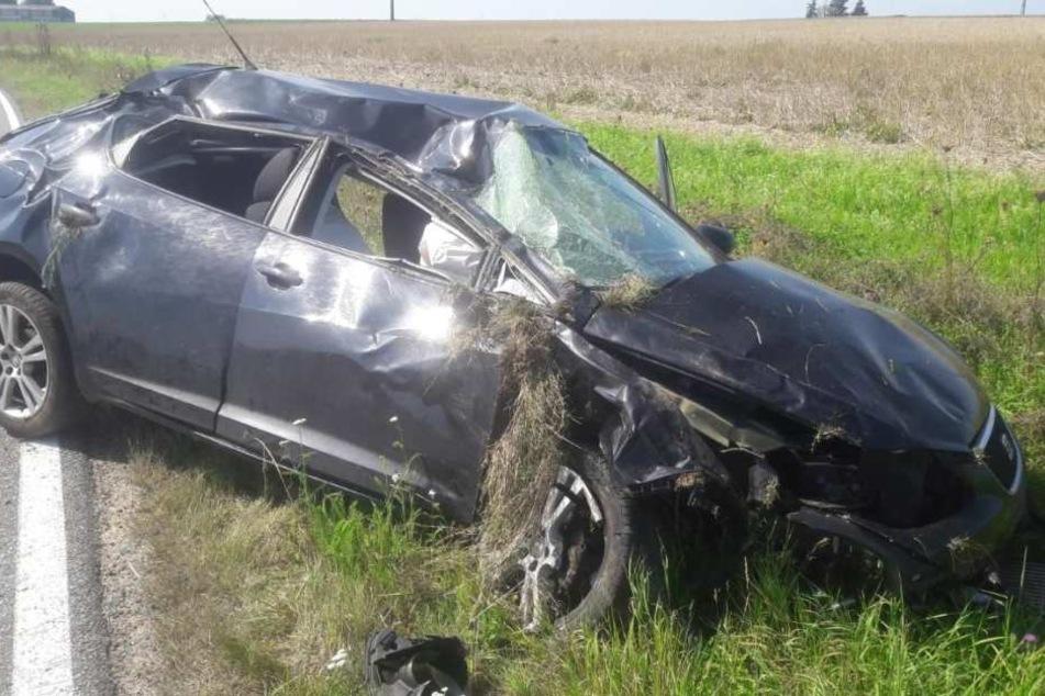 Das Auto kam erst von der Fahrbahn ab und krachte dann in eine Entwässerungsröhre.