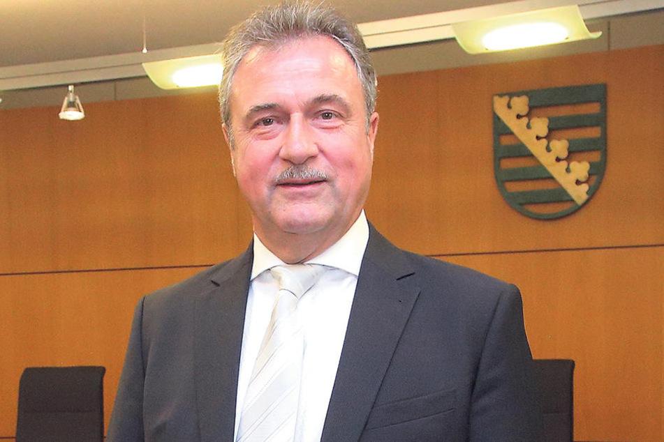 """Der Sachse klagt bereits in zweiter Instanz gegen """"Sixt"""", erschien im feinen Anzug am Oberlandesgericht in Dresden."""