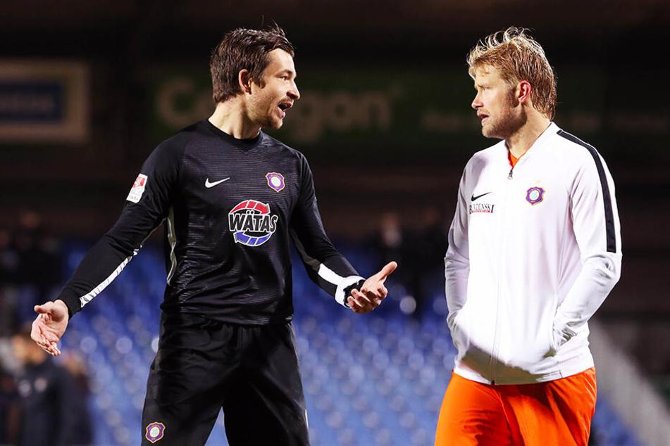 FCE-Keeper Martin Männel (l.) und Jan Hochscheidt diskutierten nach Spielschluss, woran es gelegen haben könnte.
