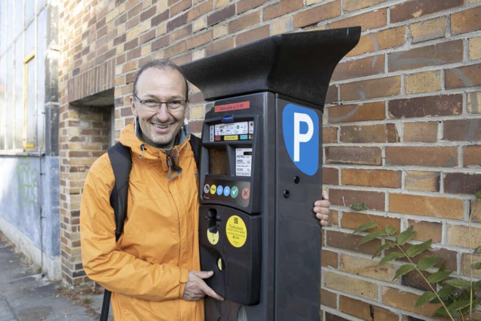 Parkticket gefällig? Der kommissarische Leiter des Straßen- und Tiefbauamtes, Robert Franke (42), an einem der neuen Parkautomaten.