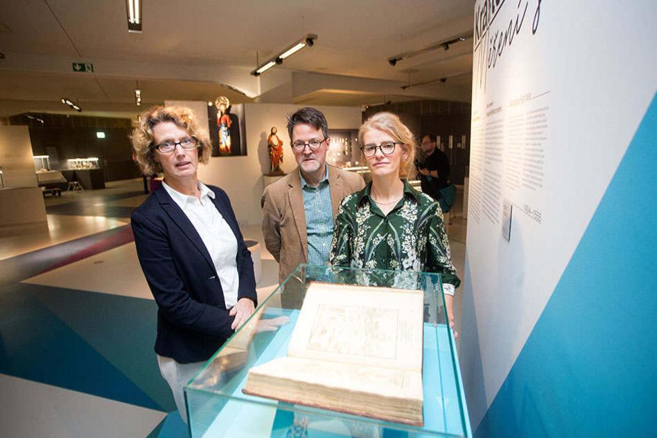 Dr. Sabine Wolfram (58, smac-Direktorin), Dr. Marius Winzeler (47, Direktor Nationalgalerie Prag) und Dr. Doreen Mölders (42, smac-Projektleiterin) präsentieren die Sonderausstellung.