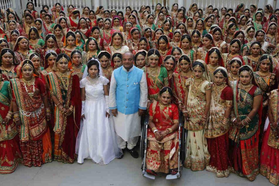 Mahesh Savani (Mitte) bezahlte für 251 Frauen in Indien die Hochzeit.