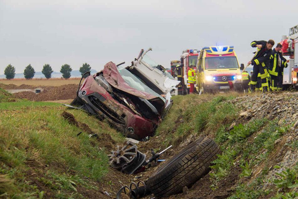 Der Fahrer verlor die Kontrolle über sein Fahrzeug und landete im Straßengraben.
