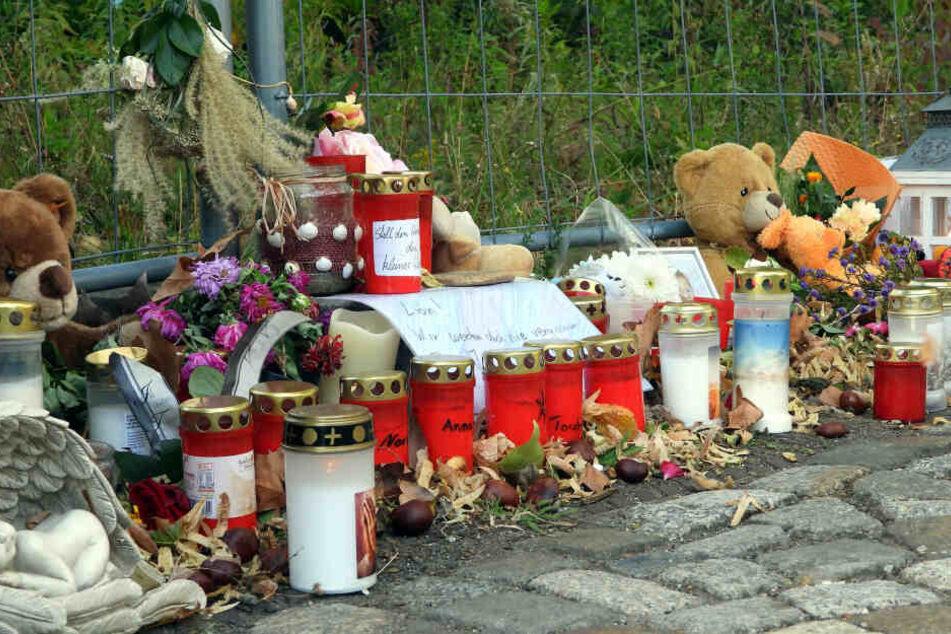 Am Unglücksort haben Freunde, Bekannte und Anwohner zahlreiche Kerzen, Blumen und Kuscheltiere abgelegt.