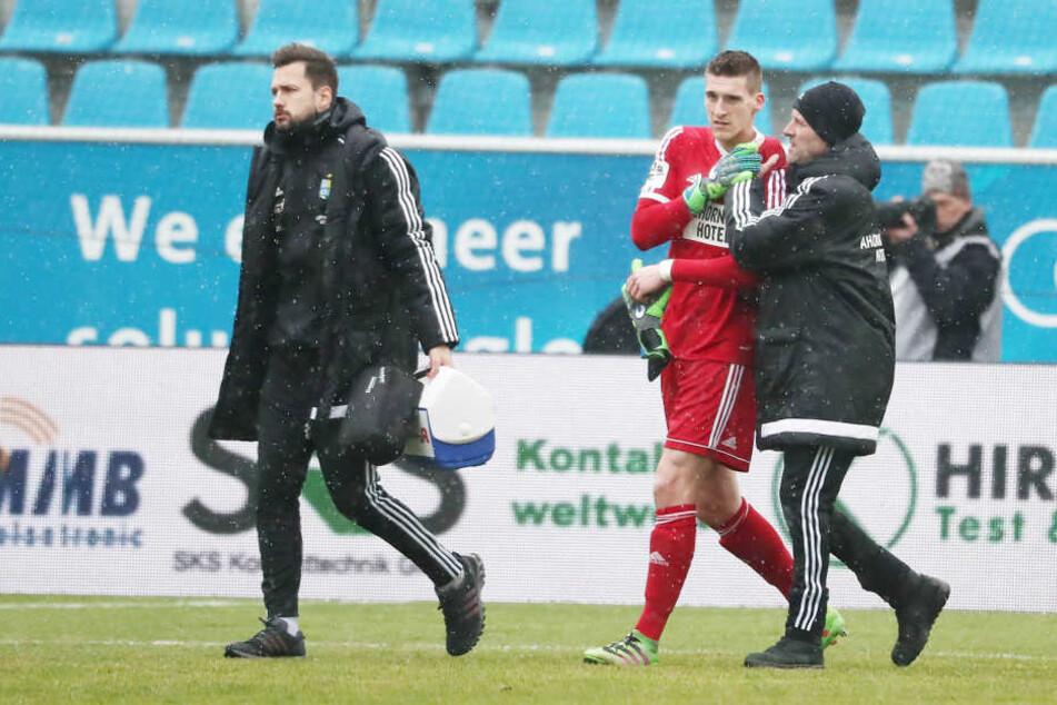 Nach einem Angriff der Jenaer ging Torwart Kevin Kunz zu Boden und musste an der Schulter behandelt werden. Schon in der 5. Minute musste der  Chemnitzer ausgewechselt werden.