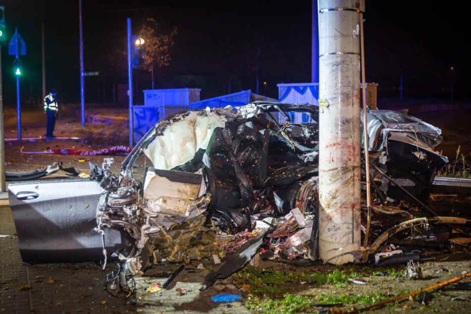 Eine Person, die sich im Auto befand, starb am Unfallort.