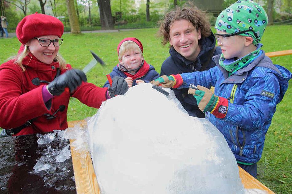 Familie Donath mit Guido (36), Ulrike (33), Friedrich (5), Johann (2) hatten beim Eisblock-Meißeln viel Spaß.