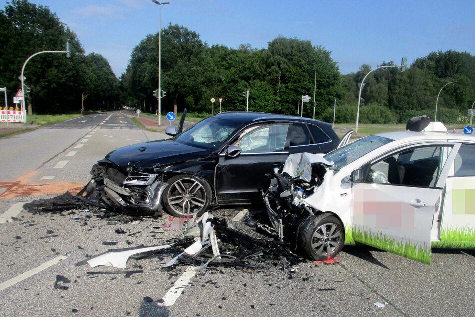 Die beiden Autos stießen frontal zusammen.