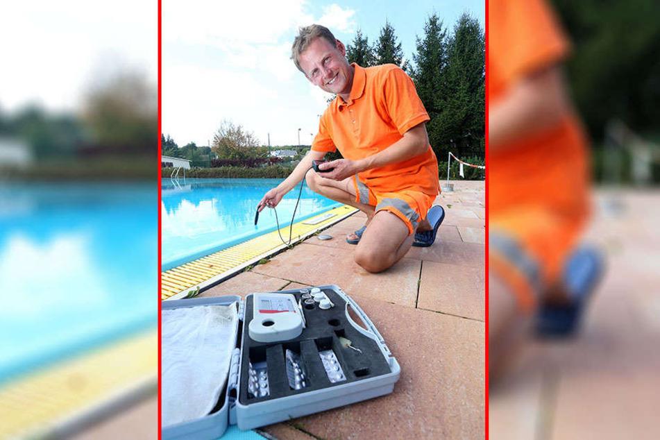 Das Freibad in Gornau hat wegen des guten Wetters noch bis Sonntag geöffnet. Schwimmmeister Jens Beyer (40) misst Temperatur und Wasserqualität.