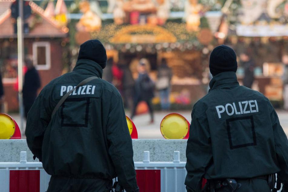 Zwei Polizisten stehen am 21.12.2016 in der Innenstadt in Stuttgart auf dem Weihnachtsmarkt. (Archivbild) Bald ein alltägliches Bild auf unseren Weihnachtsmärkten?