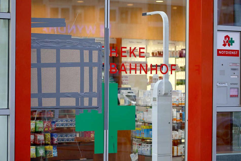 Die Glastür der gestürmten Apotheke im Hauptbahnhof ist abgeklebt.