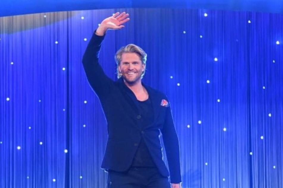 Paul Janke betritt die Bühne bei Schlag den Star.