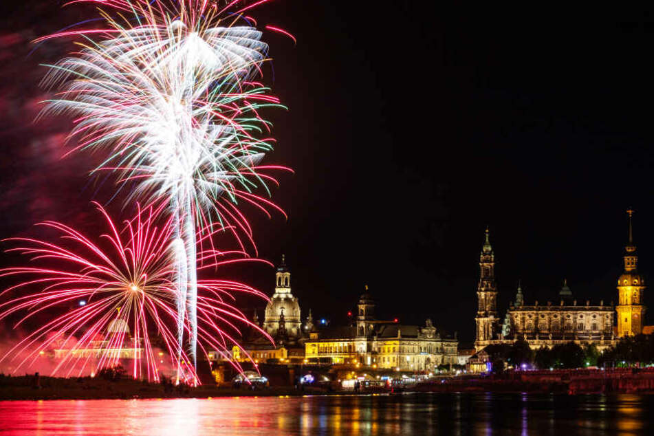 Feuerwerk explodiert vor der historischen Altstadtkulisse mit der Frauenkirche, der Kunstakademie, dem Ständehaus, der Hofkirche und dem Hausmannsturm.