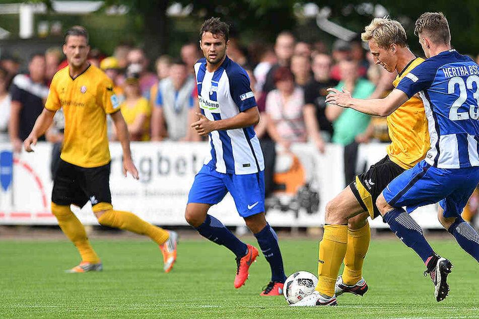 Fabian Eisele (2. v.l., Hertha) im Spiel Dynamo Dresden gegen Hertha BSC in Großenhain am 13.07.2016.