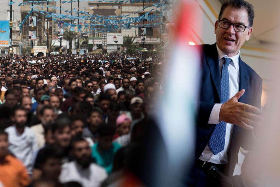 Gerd Müller spricht während einer Unterzeichnungszeremonie zur Zusammenarbeit im Bereich Rückkehr und Reintegration im Irak. (Bildmontage)