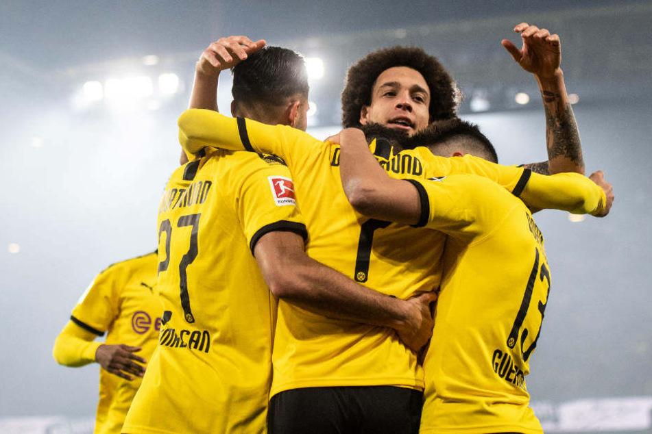 Die Dortmunder freuen sich über einen ungefährdeten Sieg.