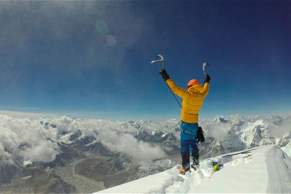 Jost Kobusch (25) jubelte am 3. Oktober auf dem Gipfel des Nangpai Gosum II. Er fotografierte sich selbst, indem er sein Handy an einem Skistock befestigte.