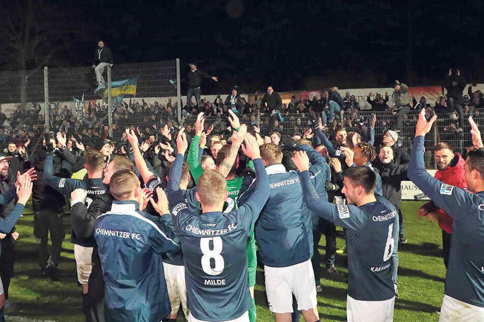 Die Spieler feiern nach dem hart erkämpften Sieg in Nordhausen mit den mitgereisten Fans den direkten Wiederaufstieg.