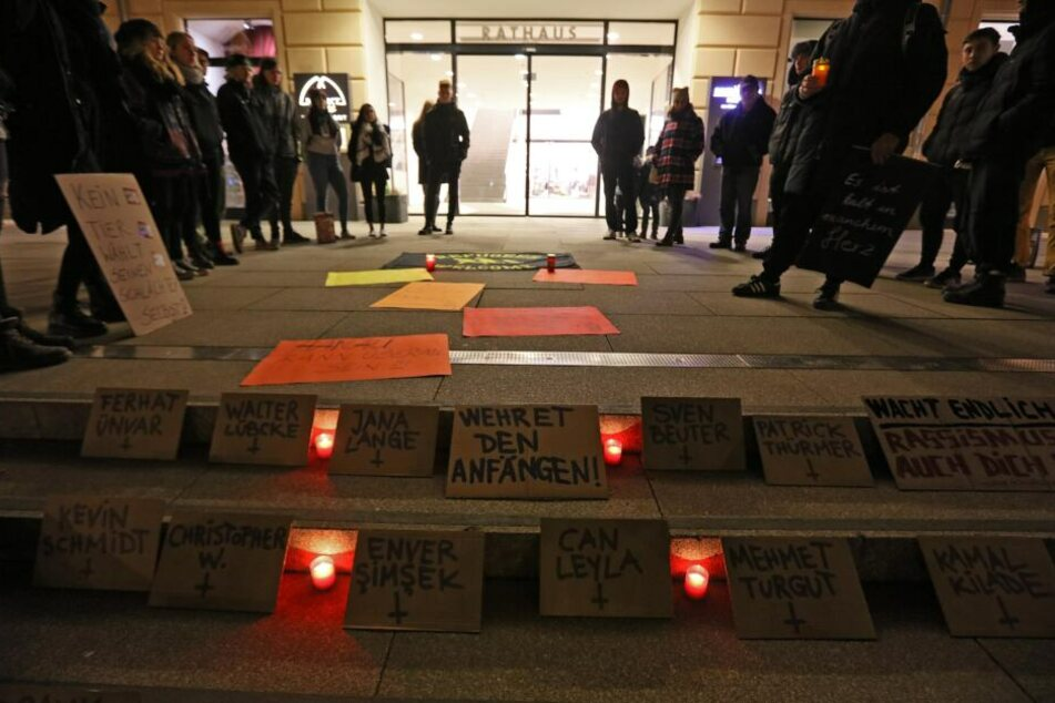 Kerzen brennen, Plakate liegen auf dem Boden: In Zwickau wurde am Donnerstagabend an die Opfer des Anschlages in Hanau gedacht.