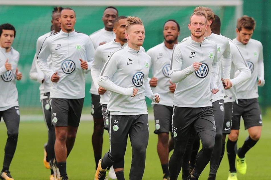 Zwei Ex-Dresdner in Wolfsburg: Marvin Stefaniak (Nummer 34) und Maximilian Arnold laufen vorne weg.