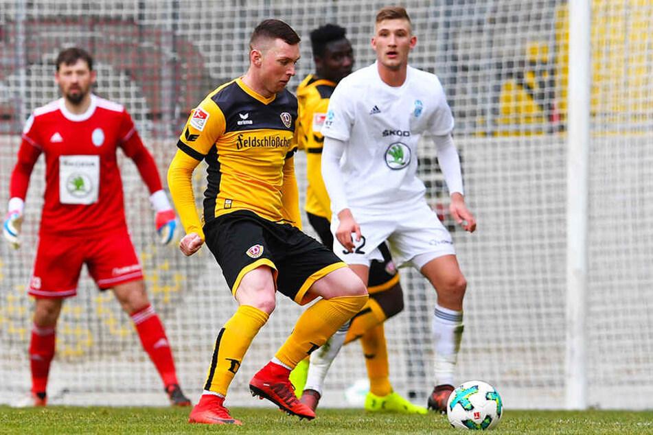 Im Sommer teste Jan Kral (r., hier gegen Haris Duljevic) mit Mlada Boleslav auch bei Dynamo Dresden.