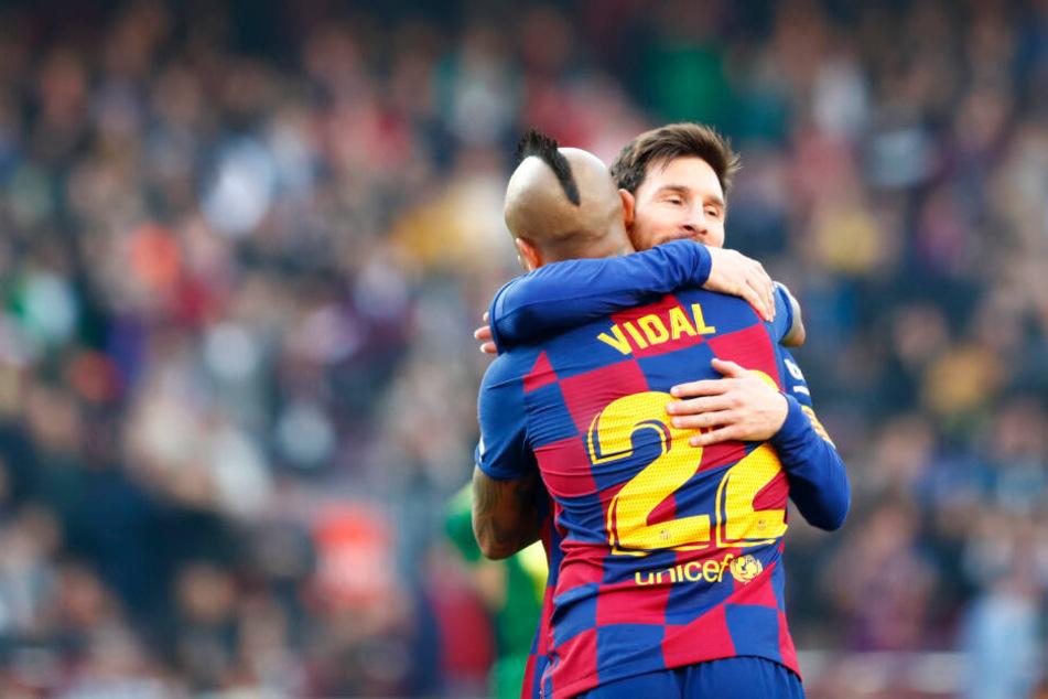 Arturo Vidal (mit dem Rücken zum Betrachter) umarmt den Vierfach-Torschützen Messi.
