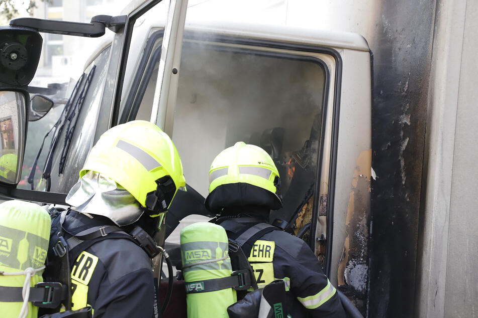 Chemnitz: Feuerwehreinsatz in Chemnitz: Laster fängt Feuer