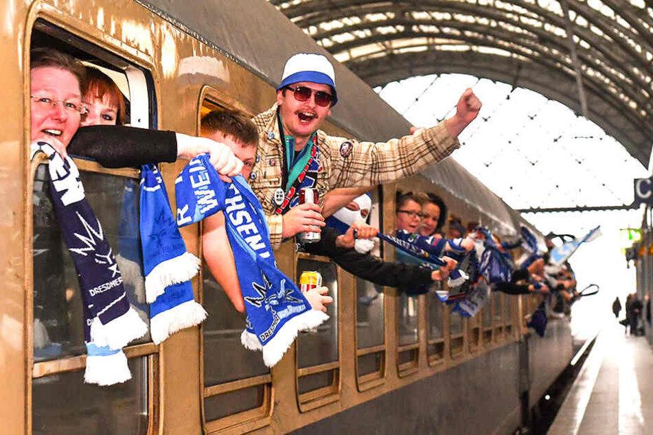 Da war die Stimmung prächtig, als die gut 300 Eislöwen-Fans am Freitagmittag mit vom Dresdner Hauptbahnhof per Sonderzug nach Kassel starteten.